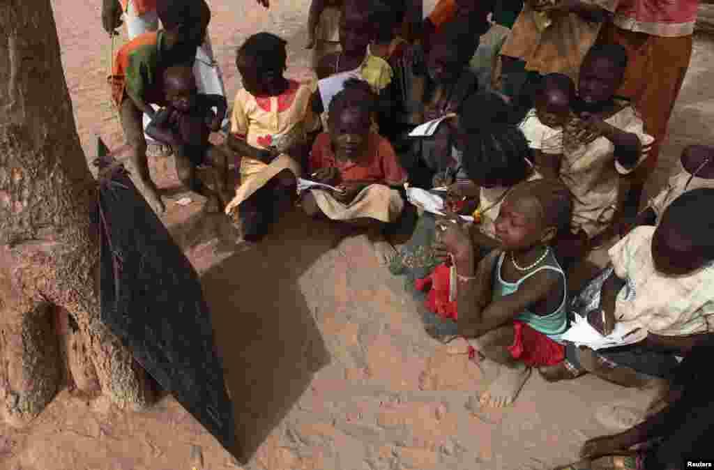 یو این ایچ سی آر کے مطابق اس کیمپ میں لگ بھگ 63 فیصد خواتین ہیں