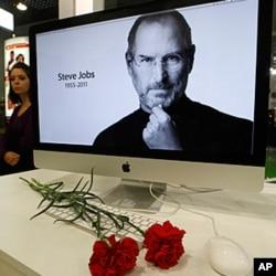 在俄羅斯的蘋果商店有人放置鮮花悼念喬布斯