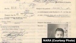 """一位名叫司马濂江的10岁男孩1931年申请到美国和父亲团聚。为绕过排华法,很多中国人以""""纸上儿子""""身份赴美。(美国国家档案馆)"""