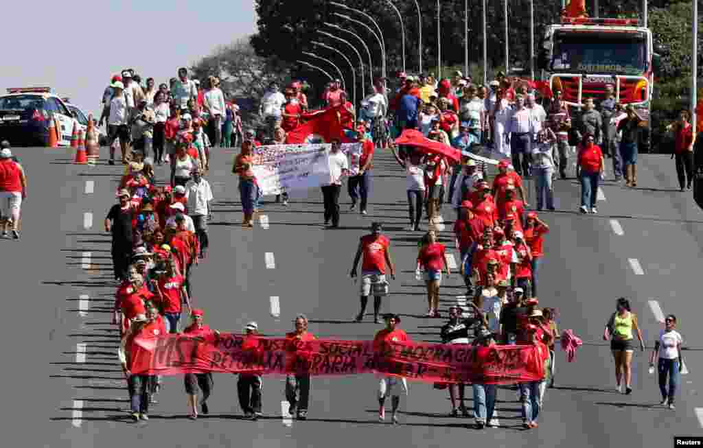 Apoiantes de Dilma desfilam por Brasília