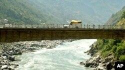 کشمیر میں بس حادثہ، 20 ہلاک