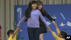 美国学童正在进行艺术表演
