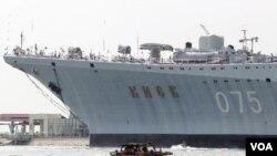 Kapal induk 'Kiev' Soviet kini menjadi bagian pertahanan militer Tiongkok, dan sedang menjalani uji coba di laut (foto: dok).