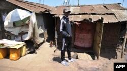 L'artiste kenyan Octopizzo dans un bidonville de Nairobi, au Kenya, le 16 janvier 2018.
