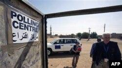 Posmatrači EU pristižu na glasačko mesto u gradu Um Durman