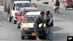 Seorang polisi Afghanistan melakukan pemeriksaan terhadap seorang warga di sebuah pos pemeriksaan di Kandahar, Afghanistan selatan (foto: dok). Tujuh polisi tewas dalam serangan oleh orang dalam di Kandahar.