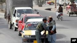 یک مامور پلیس افغان در حال بازرسی یک مسافر - آرشیو