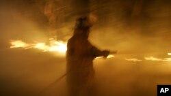 Nhân viên chữa lửa tìm cách dập tắt những đám cháy trên khắp tiểu bang Tasmania.