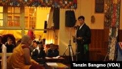 Sikyong Lobsang Sangay, pemimpin Tibet di pengasingan memberikan keterangan di biara Tsuglakhang di Dharamsala, India (foto: dok).