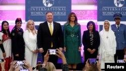 Ibu Negara AS, Melania Trump dan Menlu AS, Mike Pompeo berpose dengan penerima penghargaan dalam perayaan International Women of Courage (IWOC) di kantor Departemen Luar Negeri AS di Washington, 7 Maret 2019.