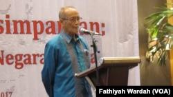 """Pendiri Maarif Institute yang juga mantan ketua PP Muhammadiyah Ahmad Syafi'i Maarif dalam lokakarya bertema """"Negara Kebangsaan versus Negara Agama"""" di Jakarta hari Sabtu (8/4). (VOA/Fathiyah Wardah)"""