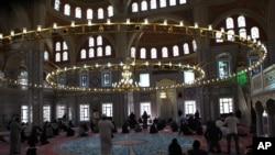 À l'intérieur de la mosquée Nizamiye à Midrand, au nord de Johannesburg, Afrique du Sud.