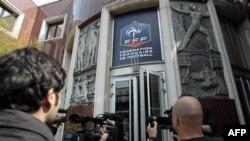 Журналисты у входа в здание Федерации футбола Франции