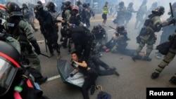 香港警察在逮捕參加2019年9月29日反送中示威的抗議者。