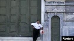 Một người về hưu chờ nhận lãnh tiền bên ngoài chi nhánh Ngân hàng quốc gia bị đóng cửa ở Athens, ngày 29/6/2015.