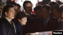 12일 오후 청와대를 떠나 서울 삼성동 사저로 복귀한 박근혜 전 대통령이 차에서 내린 직후 웃음띈 얼굴로 지지자들과 인사하고 있다.