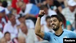 L'Uruguayen Luis Suarez se félicite de son but contre l'Arabie Saoudite, lors du Mondial 2018, le 20 juin 2018.