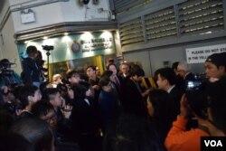 香港前特首曾蔭權家人在高等法院羈留室外等候與曾蔭權見面。(美國之音湯惠芸攝)