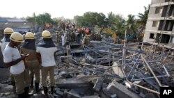 Nhân viên cứu hộ tìm kiếm người sống sót từ những đống đổ nát của một tòa nhà bị sụp đổ ở vùng ngoại ô của Chennai, ngày 29/6/2014.