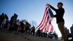 Người dân biểu tình trước cuộc bỏ phiếu của cử tri đoàn ở Harrisburg, Pennsylvania, 19/12/2016.