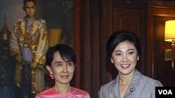 PM Yingluck Shinawatra (kanan) bersama pemimpin pro-demokrasi Burma Aung San Suu Kyi dalam pertemuan di Kedutaaan Besar Thailand di Yangon (20/12).