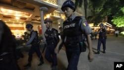 10月15日缅甸警察在发生爆炸事件的旅店附近巡逻