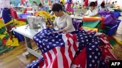 2018年7月13日,中国员工在安徽省阜阳的一家工厂缝制美国国旗。
