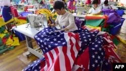 2018年7月13日,中國員工在安徽省阜陽的一家工廠縫製美國國旗。 (資料照)