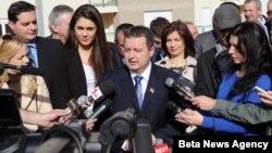 Premijer Srbije Ivica Dačić obraća se novinarima pošto je uručio ključeve stana reprezentativki Srbije u tekvondou Milici Mandić, danas u naselju Stepa Stepanović u Beogradu