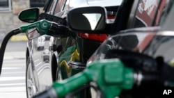 Mobil diisi bensin di pom bensin BP di Hoboken, New Jersey. (Foto: Ilustrasi)