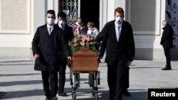 Peti mati seorang wanita yang meninggal karena Covid-19 dibawa menuju ke pemakamannya, di Seriate, Italia, 28 Maret 2020. (Foto: Reuters)