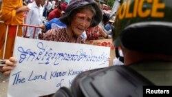 Người Campuchia biểu tình trước Đại sứ quán Việt Nam ở Phnom Penh, hồi tháng 7