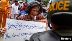 Các cuộc biểu tình phản đối chính sách của Việt Nam về đất đai vùng Nam bộ nơi xuất thân của nhiều người Khmer Krom đã bùng lên từ đầu tháng 7 với sự tham gia của hàng trăm người.