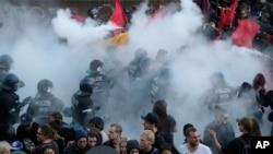 주요 20개국 정상회의가 열리는 독일 함부르크에서 6일 회의에 반대하는 수 천 명의 시위대가 경찰과 충돌했다.