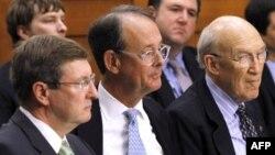 S leva na desno: član Nacionalne komisije za fiskalnu odgovornost i reformu, senator Kent Konrad, i kopredsednici Erskin Boulz i Alan Simpson, tokom iznošenja predloga komisije na Kapitol hilu, 1. decembar 2010.