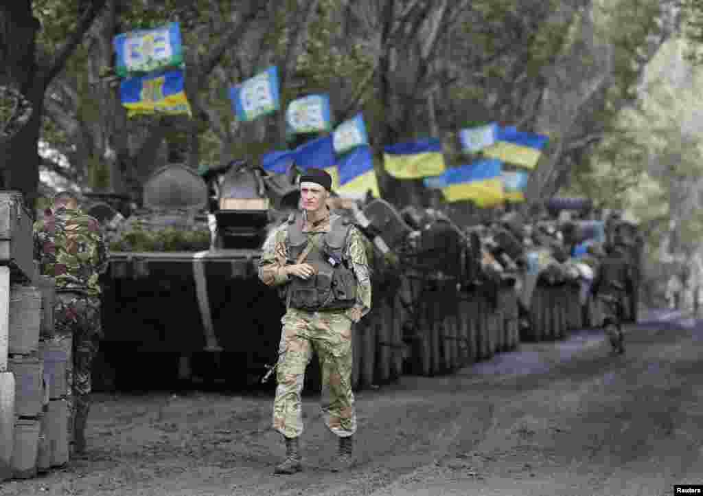 Ukrainian paratroopers gather near the eastern Ukrainian city of Slovyansk, July 8, 2014.