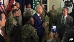 28일 이라크를 방문한 조 바이든 미 부통령이 바그다드의 미 대사관을 방문해 미 외교관들과 군 간부들을 만났다.