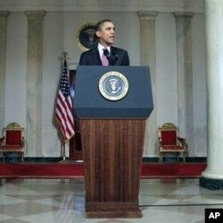 """Obama comenta a queda de Mubarak, saúda a dignidiade do povo egípcio e exorta os militares a procederem a uma transição """"credível"""" para a democracia."""