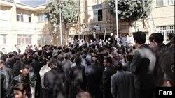 تجمع گروهی از رانندگان شرکت واحد اتوبوسرانی مقابل ساختمان شورای شهر تهران - ۱۶ دی ۱۳۹۳