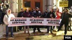 """Protest """"Crveni karton za Sinišu Malog"""" u organizaciji Inicijative """"Ne davimo Beograd"""", ispred zgrada Ministarstva finansija i Vlade Srbije, u Beogradu, 25. novembra 2019. (Foto: Veljko Popović, VOA)"""
