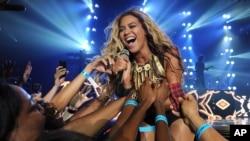 Penyanyi Beyonce tampil di rangkaian tur 'Mrs. Carter Show World Tour 2013,' 29 Juni, 2013, di Las Vegas, Nevada.