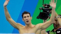 Michael Phelps setelah memenangkan final nomor estafet 4x100 meter putra di Rio de Janeiro, Brazil, Sabtu (13/8).