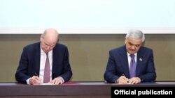 SOCAR prezidenti Rövnəq Abdullayev və BP-nin baş icraçı direktoru Bob Dadli saziş imzalayır