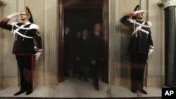 Сенаторы покидают президентский дворец