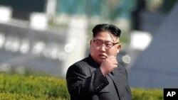 朝鲜领导人金正恩2017年4月13日抵达平壤黎明街为新公寓楼落成剪彩。