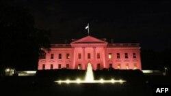 Những ngọn đèn màu hồng chiếu sáng dinh Tổng thống Mỹ trong khuôn khổ những hoạt động đánh dấu tháng 10 là Tháng Nhận thức về Ung thư vú Quốc gia.