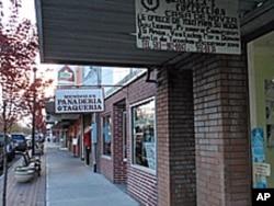伍德伯恩市的前街到处可见招牌上是西班牙语的商店