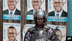Un policier de faction devant le siège du parti de Kizza Besigye, dans la capitale, Kampala, Ouganda, le 22 février 2016.