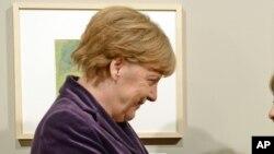 """La chancelière allemande Angela Merkel Merkel inaugure l'exposition """"Art de l'Holocauste - 100 œuvres de la collection Yad Vashem"""" au Musée historique allemand à Berlin, 25 janvier 2016."""