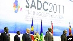 (Da Esq) Robert Mugabe (Zimbabue), Jacob Zuma, (SADC), Tomaz Salomao e Presidente Hifikepunye (Namibia)